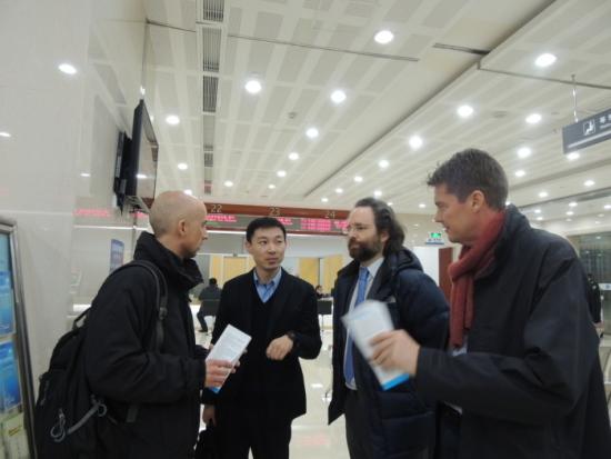 """MIGRATION. Pär Liljert, till höger, under ett besök vid Exit and Entry Adminstration Service Center i staden Yiwu. Han överlägger med Juan-Jose Almagro-Herrador från EU-delegationen i Peking, med en tjänsteman från centret, samt med Matthew Parnell från brittiska ambassden. Yiwu har Kinas största partihandelsmarknad och lockar till sig många utländska affärsmän. Yiwu är också utgångspunkten för en """"ny sidenväg"""" per järnväg till London. Häromdagen anlände det första godståget från London. Den 1200 mil långa resan tog arton dygn och gick genom nio länder."""